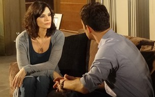 Chiara diz a Juan que está prestes a morrer (Foto: Fina Estampa/TV Globo)