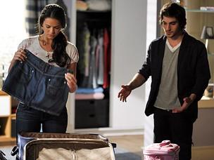 Agenor encontra Belezinha arrumando as malas (Foto: Aquele Beijo/TV Globo)