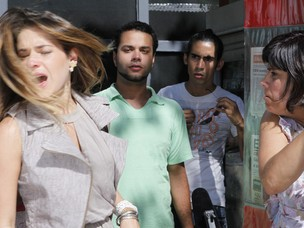 Beatriz leva um tapa na cara no meio da rua (Foto: Fina Estampa / TV Globo)