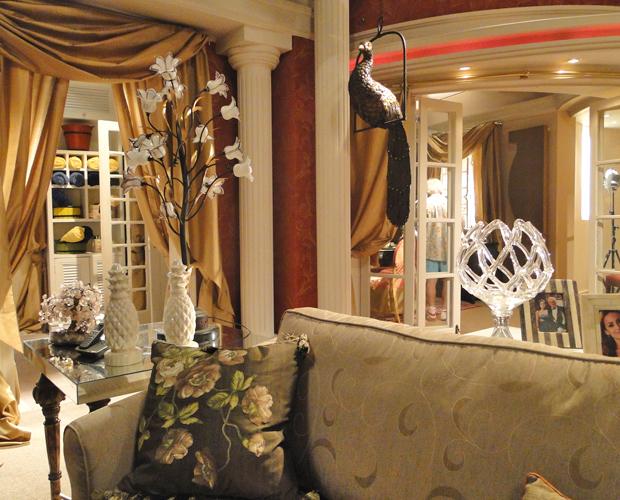 Uma escultura de pavão domina a sala de estar principal