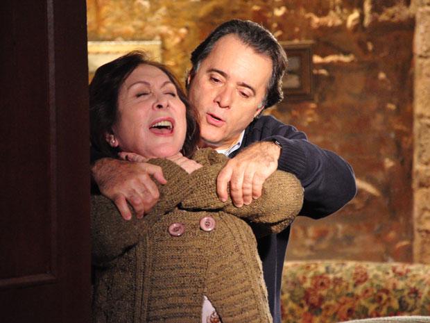 Gemma faz drama com Totó apertanto o próprio pescoço para 'morrer'