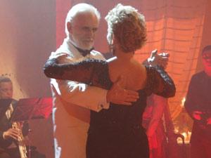 O casal dá um show de tango
