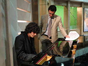 Fiuk toca piano nos bastidores de Passione