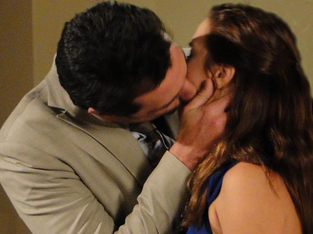 Mauro lembra do beijo que deu em Diana. Ele faz comentário em voz baixa e Gerson escuta