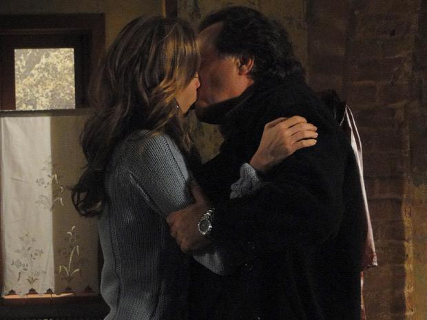 Clara diz a Totó que vai embora após ter sido humilhada por Gemma