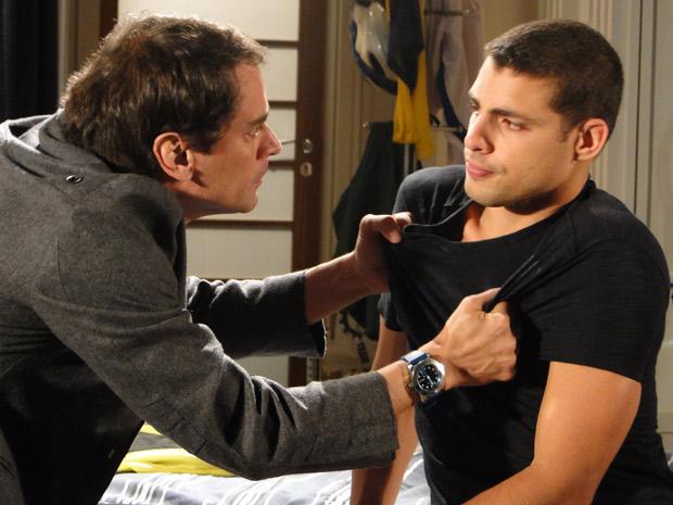 Gerson pega Danilo pela camisa e pede que ele diga a verdade sobre o que está usando