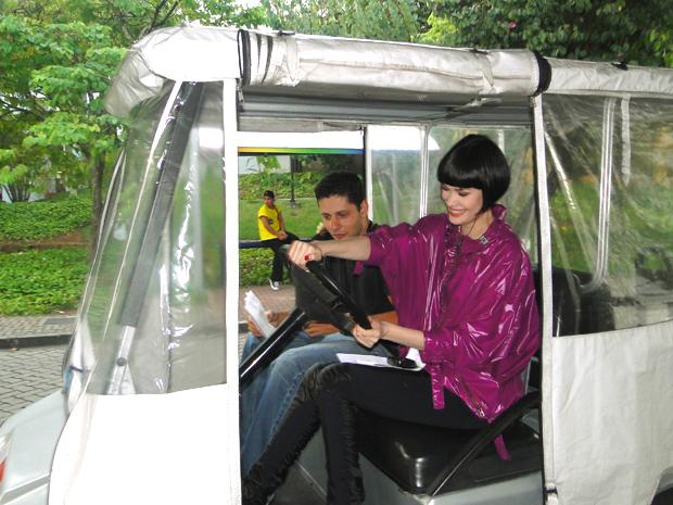 Mayana Moura na direção de um carrinho elétrico