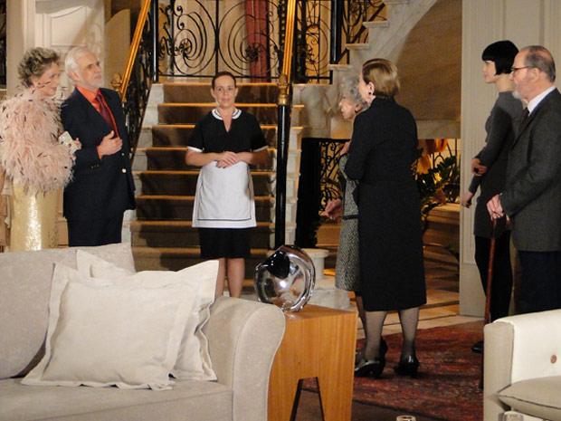 Clô e Olavo são recebidos por Olga, Bete, Melina, Antero e Brígida