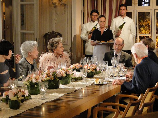 Durante o jantar, Clô revela o interesse de morar no Jardim América
