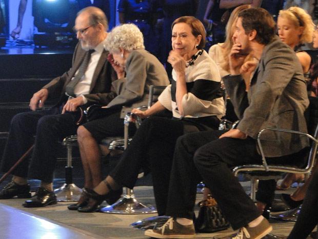 Gerson, Bete, Antero e Brígida envergonhados diante da ausência da bicicleta no dia da apresentação