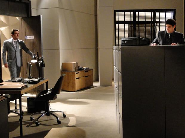 Mauro encontra Fred na sala de arquivos e pergunta o que ele está fazendo sozinho lá