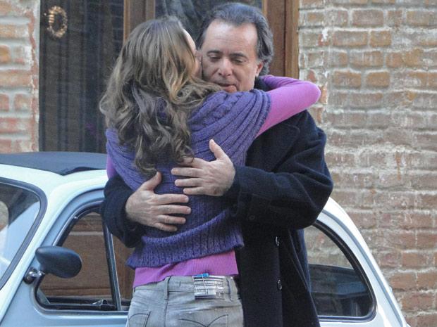 Clara se despede de Totó aliviado, pois o camponês não disse a Fred que ela está na Itália