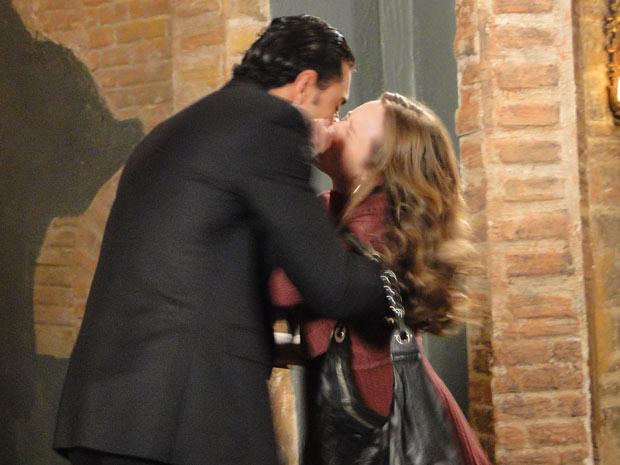 Prínciep beija Clara a força e Totó presencia tudo