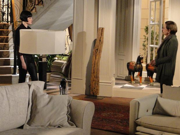 Melina conta para Bete que dormiu com Fred e observa Mauro ouvindo a conversa