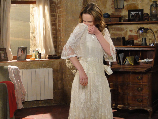 Clara sente nojo do vestido de casamento