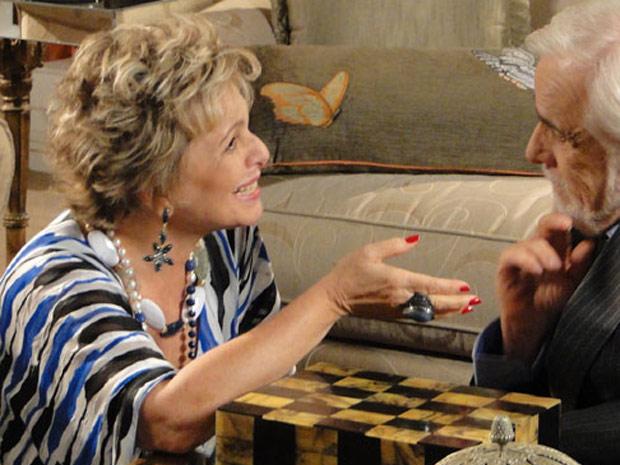 Olavo se surpreende ao ver Clô tão feliz diante de uma noticía que poderia deixar a esposa com ciúmes de Bete