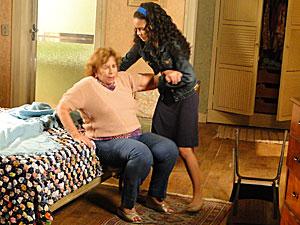 Kelly ajuda a avó a se levantar