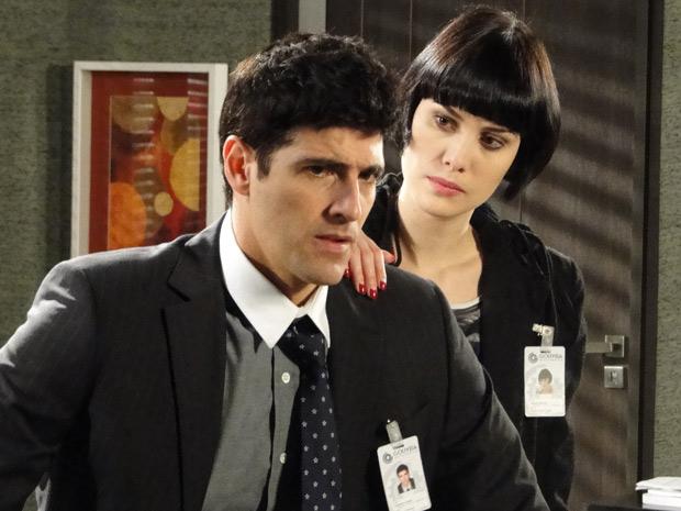 Melina diz a Fred que está do lado dele