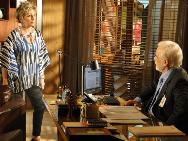 Clô já estava desconfiada de Bete e ao encontrar Olavo ao telefone com a matriarca, fica ainda mais preocupada