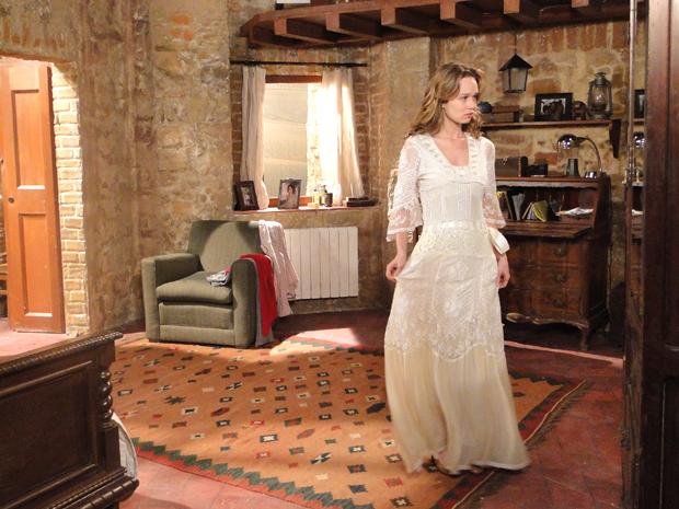 Clara experimenta o vestido