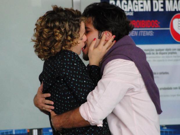 Antes de voltar para Itália, Agostina se despede do marido com beijo apaixonado