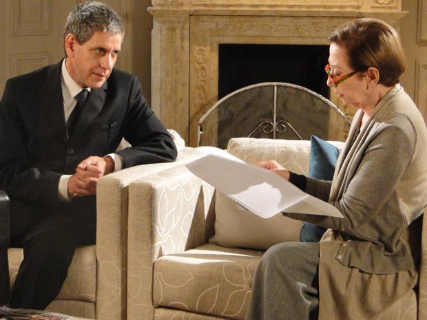 Bete lê dossiê que mostra envolvimento de Fred com o crime