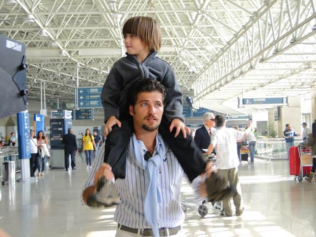 Edoardo Dell'Aversana nos ombros de Bruno Gagliasso_620465