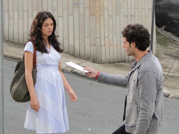 Marcela diz que foi alarme falso e entrega o exame a Renato, que não tem coragem de abrir