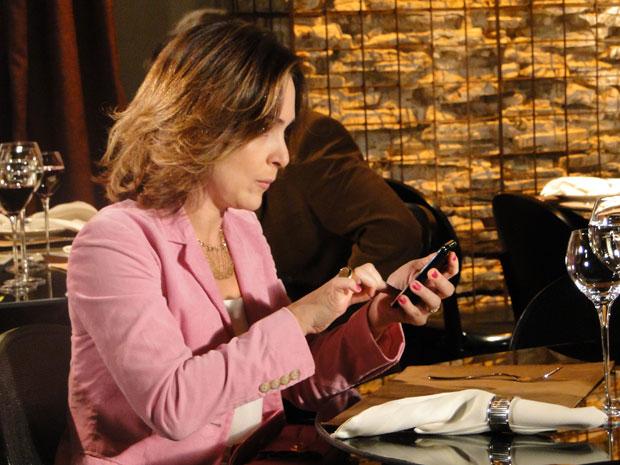 Jéssica ameaça ligar para Olavo, mas Berilo diz que o casamento pode acabar se ela continuar com tanta desconfiança