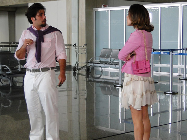 Jéssica segue Berilo até o aeroporto e quer saber com quem ele está se encontrando