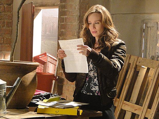 Clara se assusta ao ler que Bete já tem suspeitas sobre a parceira dela com Fred