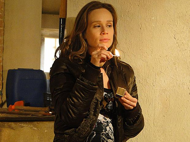 Temendo que Totó leia a carta, Clara resolve eliminar todas as provas de uma só vez