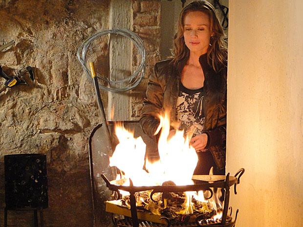 A loura incendeia todo o documento contra ela e Fred