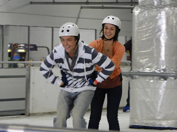 Sinval e Fátima se divertem em pista de patinação no gelo