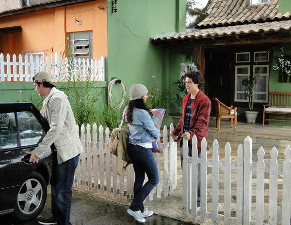 Marcela se despede de Julinho enquanto Osmar põe as malas no carro