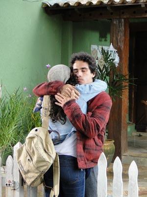 Marcela dá um forte abraço em Julinho antes de viajar