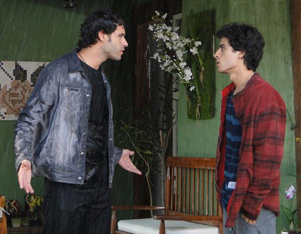 Renato implora para Julinho dizer onde Marcela está