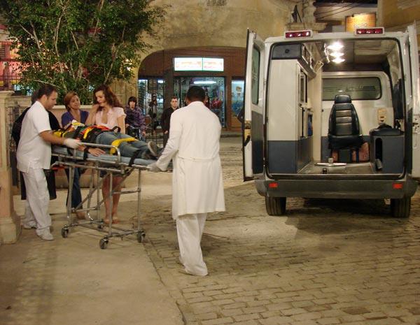 Armandinho sai de ambulância