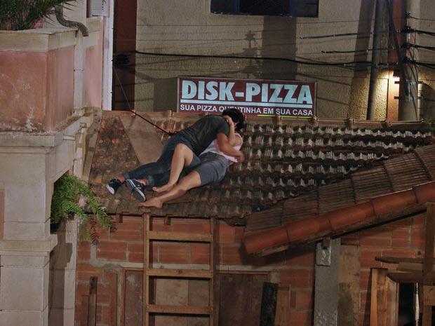 Armandinho e Desirée no maior amasso no telhado
