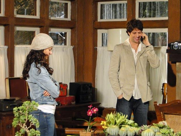 Osmar fala com sua mãe e Marcela observa