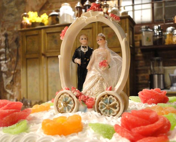 Noivinhos do bolo - os mesmos que Gemma (Aracy Balabanian) aparece pisando em cena