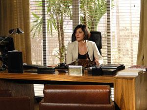 Rebeca senta na cadeira da presidência