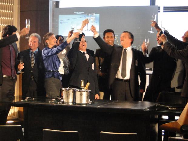 Saulo vibra com a presidência e comemora ao lado dos acionistas