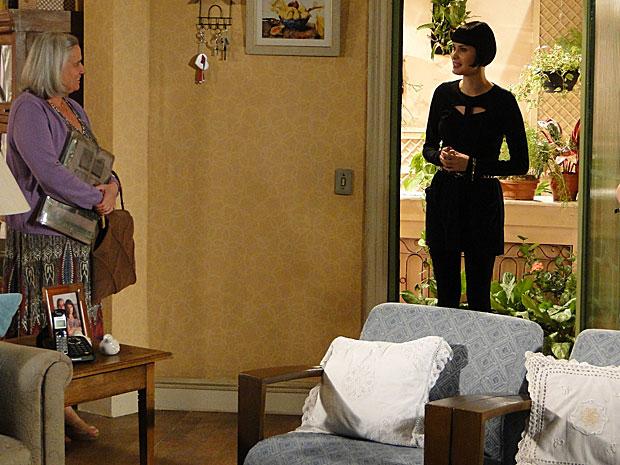 Melina aparece na casa de Candê