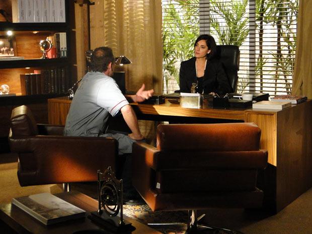 Gino toma frente dos operários da Indústria Bianchi e pergunta se Rebeca pretende vender a fábrica