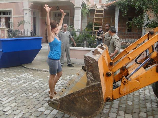 Desirée se coloca na frente do trator para impedir a demolição