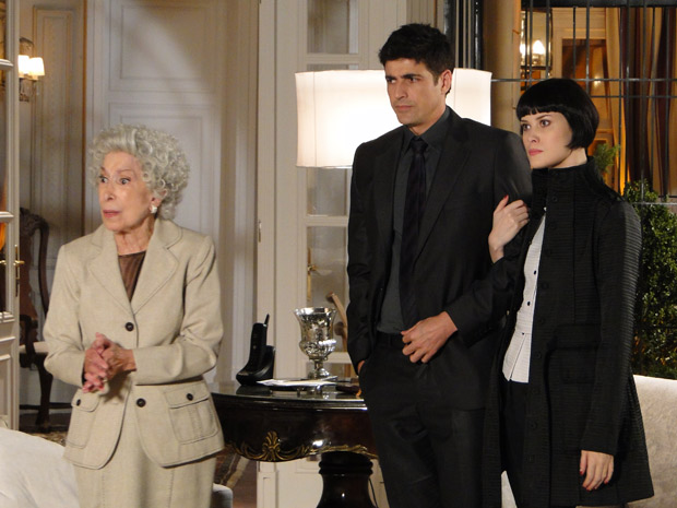 Brígida, Melina e Fred ficam chocados com comportamente de Bete, que não gsota da presença do vilão em sua casa