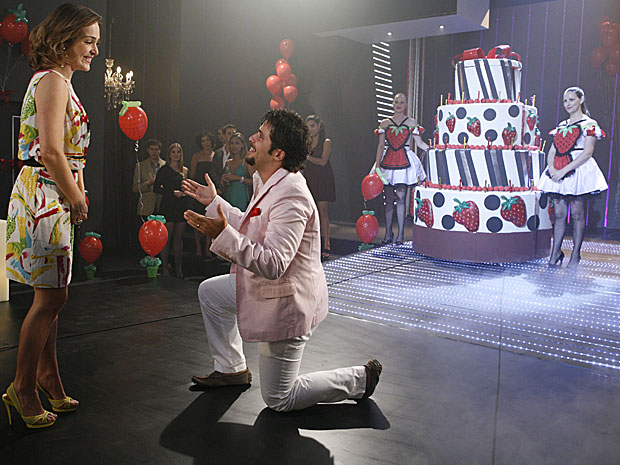 Berilo (Bruno Gagliasso) sai de bolo em festa surpresa para Jéssica