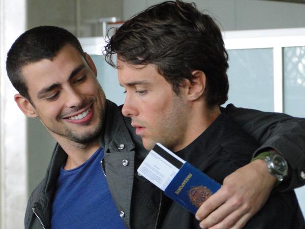 No aeroporto, Danilo e Sinval se entendem, mas o ciclista vai pra Itália mesmo após o pedido de caçula para o irmão ficar