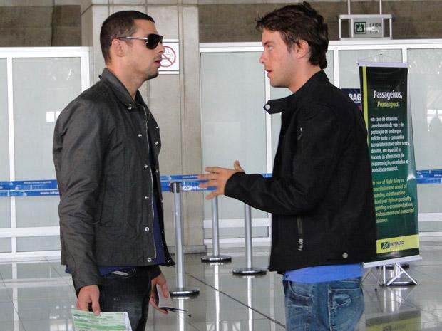 Sinval tenta convencer Danilo a não sair do país, mas o ciclista está decidido a encontrar Clara na Itália